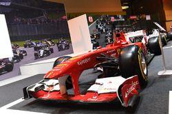 Гоночный автомобиль команды Ferrari на стенде журнала F1 Racing