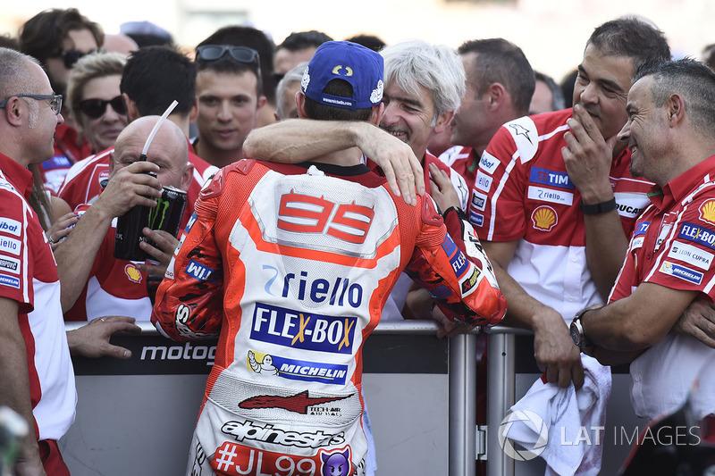 Обладатель третьего места гонщик Ducati Team Хорхе Лоренсо и генеральный менеджер команды Джиджи Далл'инья