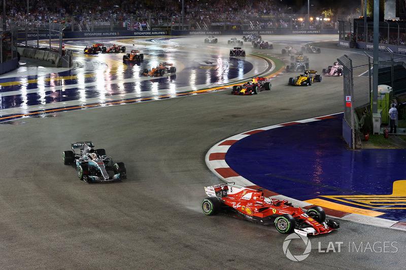 Sebastian Vettel, Ferrari SF70H al comando alla partenza della gara e l'incidente tra le monoposto di Kimi Raikkonen, Ferrari SF70H e Max Verstappen, Red Bull Racing RB13