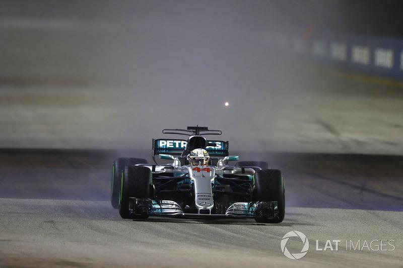 Lewis Hamilton, Mercedes AMG F1 W08 precede Daniel Ricciardo, Red Bull Racing RB13