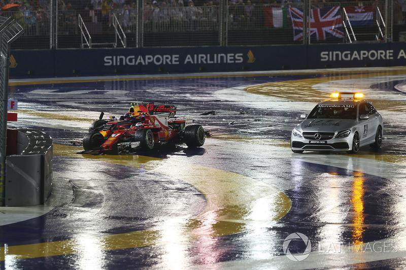 Los coches chocados de Max Verstappen, Red Bull Racing RB13 y Kimi Raikkonen, Ferrari SF70H y el coche médico