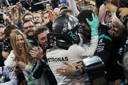 Nico Rosberg, Mercedes AMG F1 celebrates his World Championship in parc ferme with the team and wife