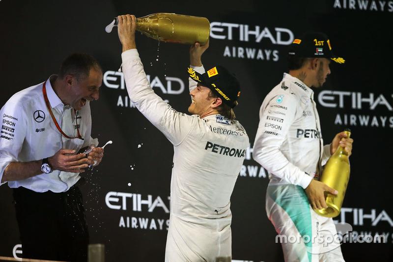 Nico Rosberg, de Mercedes AMG F1 celebra su segunda posición y Campeonato del mundo con Tony Ross, Mercedes AMG F1 carrera de Ingeniero en el podio