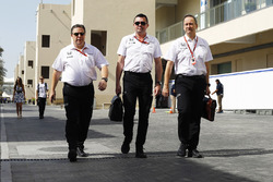 Zak Brown, Eric Boullier y Jonathan Neale, McLaren en el paddock.