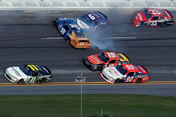 Darrell Wallace Jr., Roush Fenway Racing Ford, y Daniel Suarez, Joe Gibbs Racing Toyota, en un incid