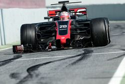 Kevin Magnussen, Haas F1 Team VF-17 with a broken front wing
