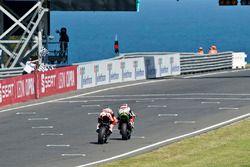 Jonathan Rea, Kawasaki Racing leads Chaz Davies, Ducati Team
