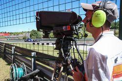 Camarógrafo observa el auto de Marcus Ericsson, Sauber C36
