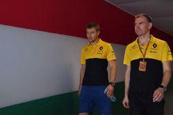 Sergey Sirotkin, Renault Sport F1 Team RS17 Testrijder en Alan Permane, Renault Sport F1 Team RS17 R