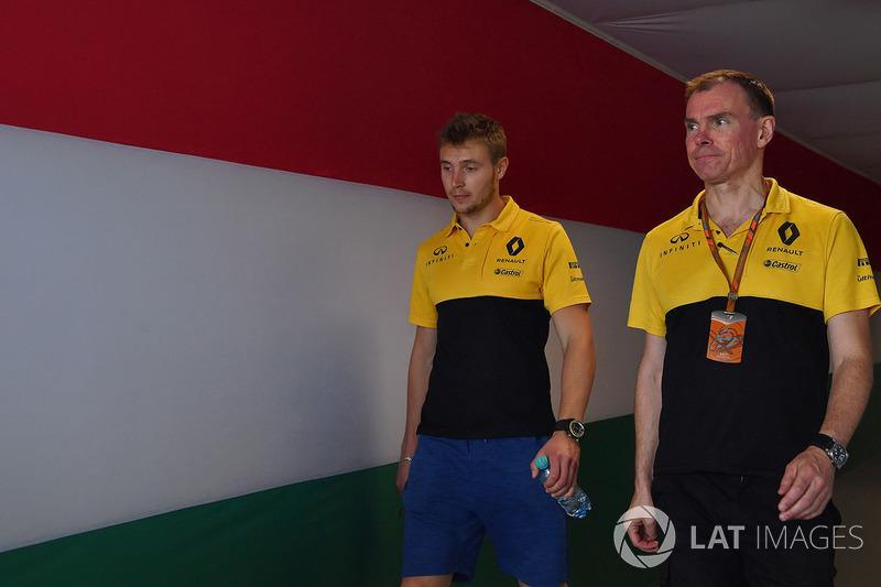Sergey Sirotkin, Renault Sport F1 Team RS17 piloot de prueba y Alan Permane, Renault Sport F1 Team RS17 ingeniero