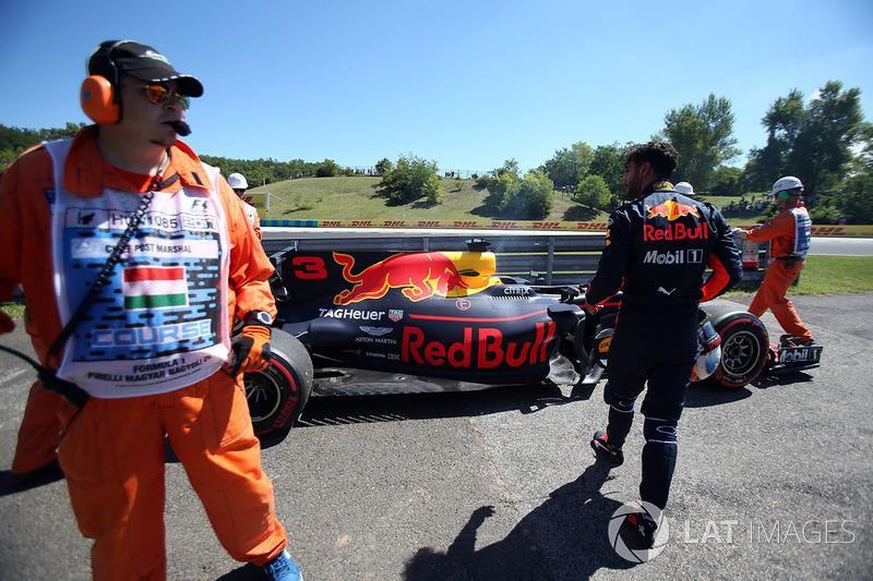 Bergung des Autos von Daniel Ricciardo, Red Bull Racing RB13