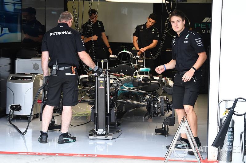 Une mercedes benz f1 w08 dans le garage gp de hongrie for Garage mercedes garges les gonesse