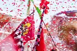 Ferrari-Flaggen bei der Siegerehrung