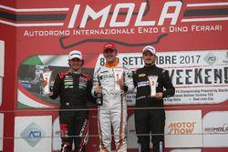 Podio TCR Gara 2: il vincitore della gara Nicola Baldan, Pit Lane, il secondo classificato Eric Scalvini, MM Motorsport, il terzo classificato Kevin Giacon