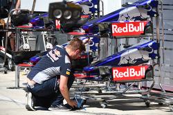 Scuderia Toro Rosso STR12, naso e ali anteriori