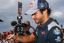 Carlos Sainz Jr., Scuderia Toro Rosso firma autografi ai fan