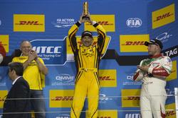 Podio: ganador de la carrera Gabriele Tarquini, LADA Sport Rosneft, Lada Vesta