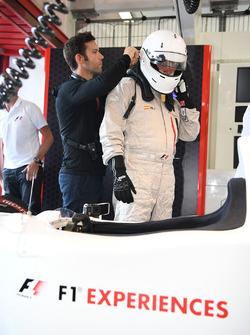 Will Buxton, NBC TV y Paul Stoddart en el auto de dos asientos de la experiencia de la F1