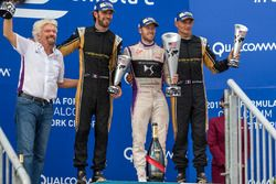 Podio: il vincitore Sam Bird, DS Virgin Racing, il secondo classificato Jean-Eric Vergne, Techeetah,