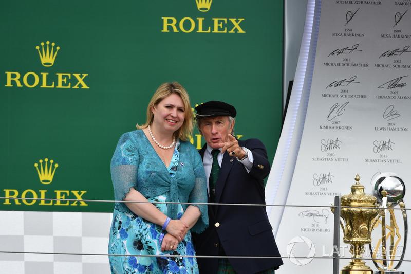 Karen Bradley MP, Secretario de estado de cultura, medios de comunicación y deporte, Jackie Stewart, en el podio
