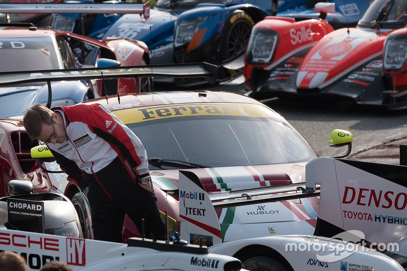 Andreas Seidl, Team Principal Porsche Team, guarda la Toyota Racing Toyota TS050 Hybrid