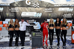 1. Kyle Larson, Chip Ganassi Racing Chevrolet, mit Chip Ganassi und den Monster-Girls