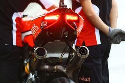 Un échappement Akrapovic sur la moto de Chaz Davies, Ducati Team