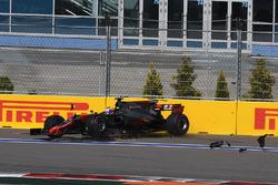 Crash: Romain Grosjean, Haas F1 Team VF-17
