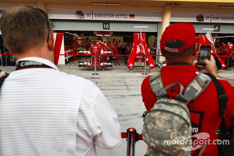 Уболівальники біля гаражу Ferrari