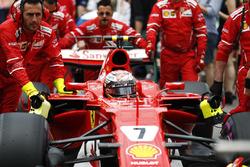 Kimi Raikkonen, Ferrari, est poussé sur la grille par des mécaniciens