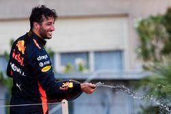 Tercer lugar Daniel Ricciardo, Red Bull Racing, roció Champagne desde el podio