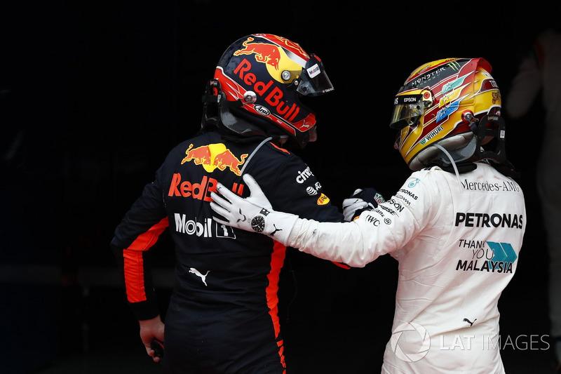 Posisi kedua Lewis Hamilton, Mercedes AMG F1, memberi selamat pada pemenang balapan, Max Verstappen, Red Bull Racing, di parc ferme