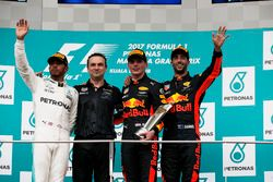 Podium: tweede plaats Lewis Hamilton, Mercedes AMG F1, racewinnaar Max Verstappen, Red Bull Racing,