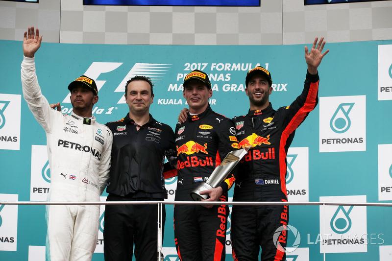 Podio:: il secondo classificato Lewis Hamilton, Mercedes AMG F1, il vincitore della gara Max Verstappen, Red Bull Racing, il terzo classificato Daniel Ricciardo, Red Bull Racing