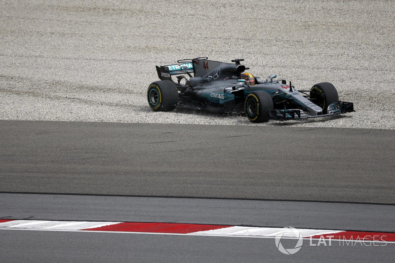 Lewis Hamilton, Mercedes-Benz F1 W08, finisce nella ghiaia