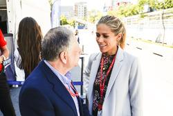 Il Presidente FIA Jean Todt parla con Nikki Shields ai box