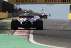 Esteban Ocon, Sahara Force India F1 VJM10, segue Sergio Perez, Sahara Force India F1 VJM10