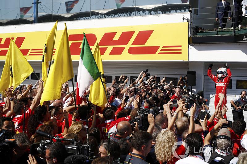 Sebastian Vettel, Ferrari SF70H, festeggia la vittoria coi colleghi nel parco chiuso