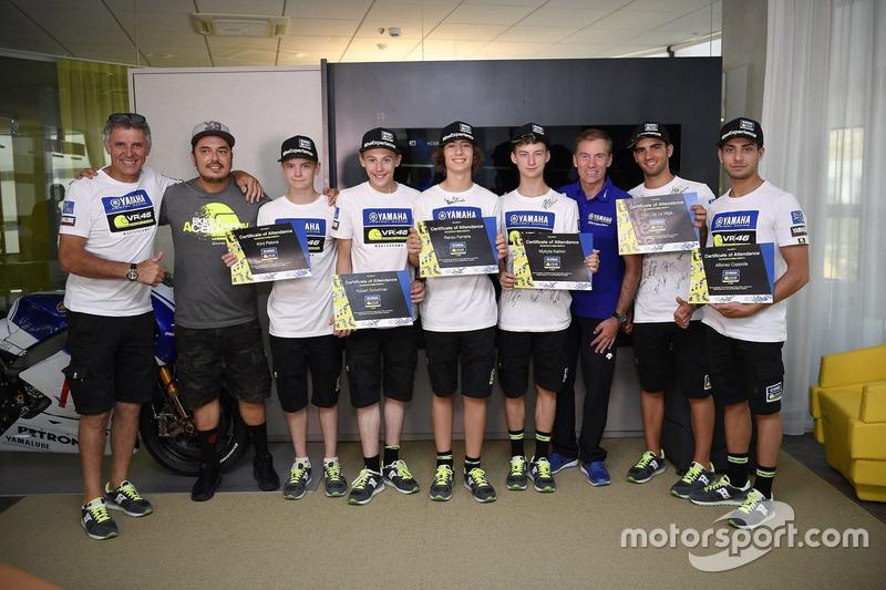 Учасники четвертого Yamaha VR46 Master Camp з дипломами та директор VR46 Riders Academy Алессіо Салуччі, керуючий директор Yamaha Motor Racing Лін Джарвіс