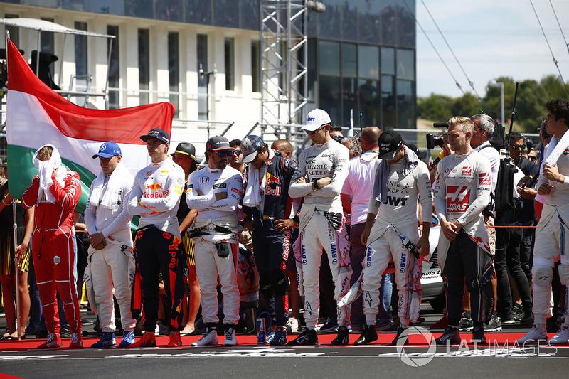 Los pilotos durante el himno