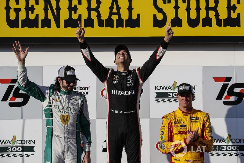 Подіум: переможець гонки Еліо Кастроневес, Team Penske Chevrolet, на другому місці Джей-Ар Хільдебра