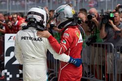 Tweede plaats Sebastian Vettel, Ferrari, feliciteert Race winnaar Valtteri Bottas, Mercedes AMG F1