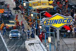 Alex Bowman, Hendrick Motorsports Chevrolet Camaro pit stop Sunoco