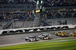 Chase Elliott, Hendrick Motorsports Chevrolet Camaro passe sous le drapeau à damier
