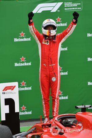 El ganador de la carrera Sebastian Vettel, Ferrari SF71H celebra en el parque cerrado