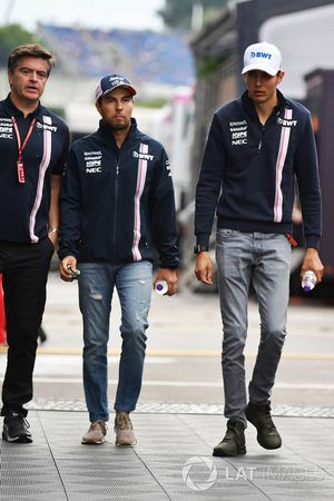 Andy Stevenson, team manager de Force India, Sergio Perez, Force India et Esteban Ocon, Force India F1
