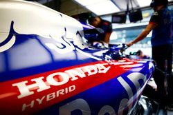 Logo Hondy logo na aucie Brendona Hartleya, Toro Rosso STR13