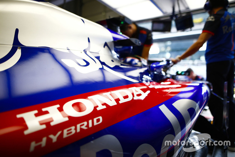 Honda logo on the car of Brendon Hartley, Toro Rosso STR13