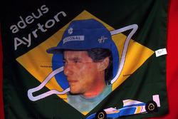 La bandiera commemorativa di Ayrton Senna, pronta per essere venduta ai Gran Premi dopo la sua tragica morte