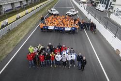 Groepsfoto van coureurs en marshals